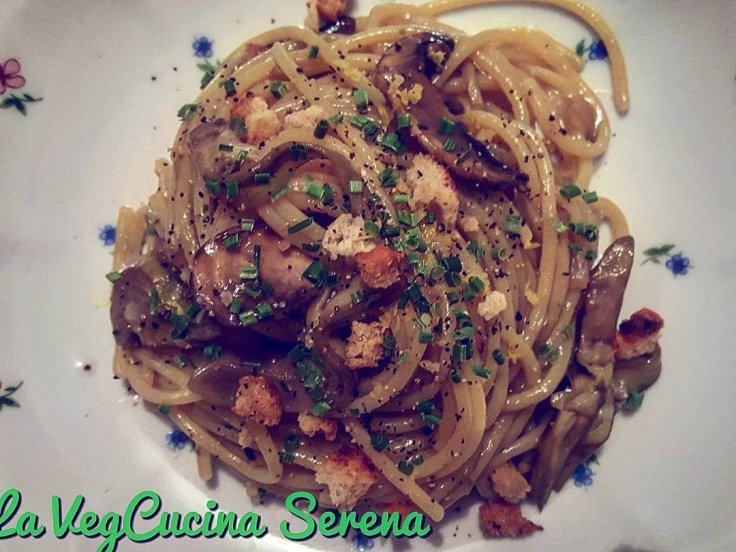 Spaghetti senza glutine con carciofi funghi pane croccante e zest di limone